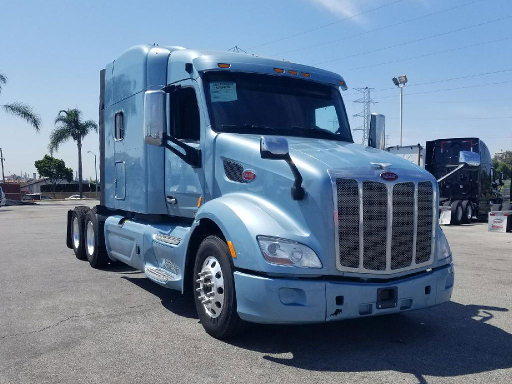 2016 Peterbilt 579 Midroof Sleeper